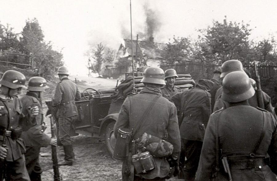 Német csapatok egy lengyel faluban