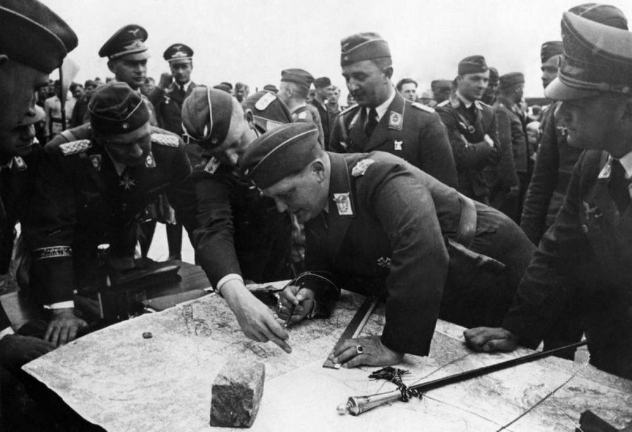 Hermann Göring és a Luftwaffe vezetői az invázió során a térképek felett.