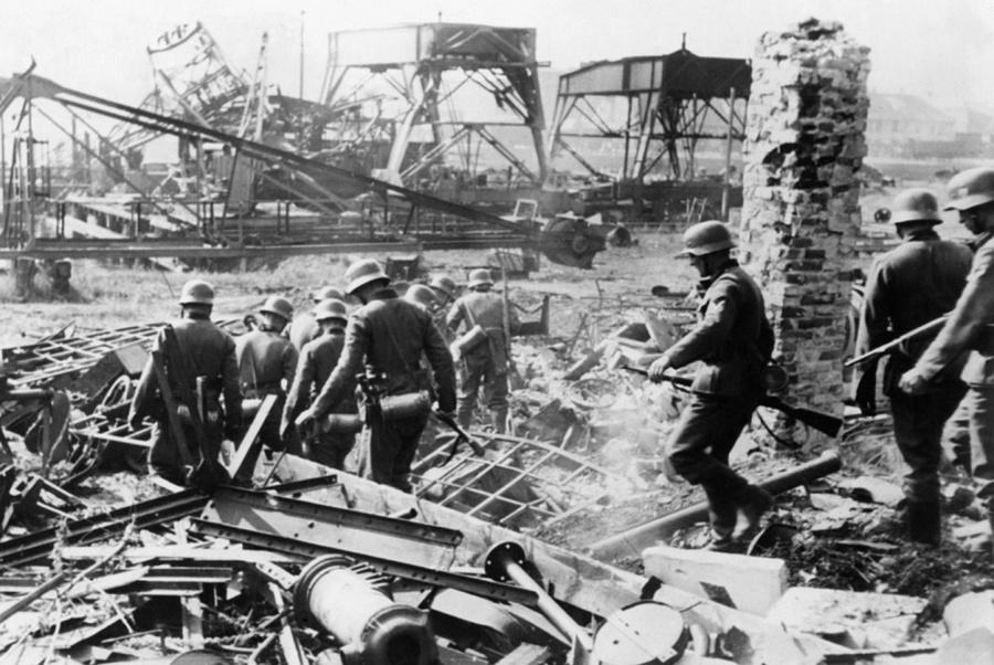 A Westerplatte-félszigetet maroknyi lengyel védte a végsőkig, 8 napon át. A félszigetet szárazföldi csapatok támadták, miközben a tenger felől hadihajók lőtték őket és az égből bombák is hulltak. A képen: németek az elpusztított területen.