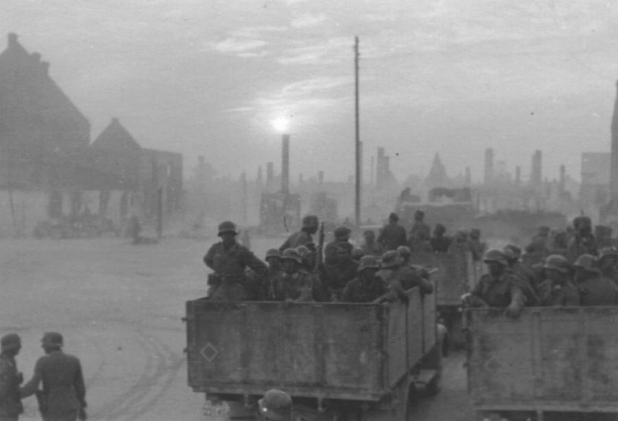 Német csapatok vonulnak át egy megsemmisített városon.