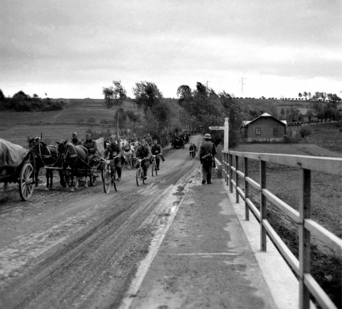 Német csapatok a zagórsk-i hídon.