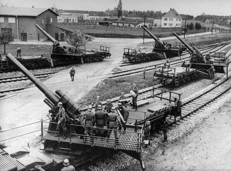 Német 150 mm-es vasúti szállítású löveg harcra készen...