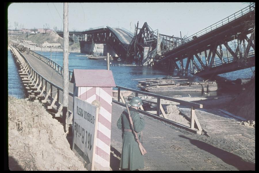 Modlin erőd közelében felrobbantott híd, mellette a németek által készített ideiglenes. A LIFE magazin Jaeger gyűjteményéből.