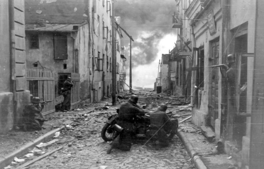 Sochaczew. Alig ötven kilométerre Varsótól. Németek a város utcáin. A kép címe: A Pokol kapujában.