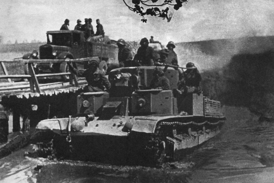 T-28-as tank gázol át Mir falu mellett egy folyón