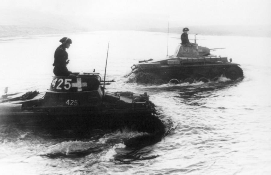 Az 1. SS páncélos hadosztály 'Leibstandarte SS Adolf Hitler' tankjai kelnek át egy folyón Bzura mellett.