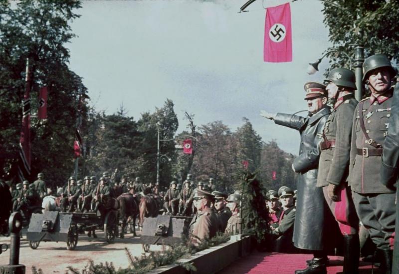 Hitler a varsói győzelmi parádén. A LIFE magazin Jaeger gyűjteményéből.