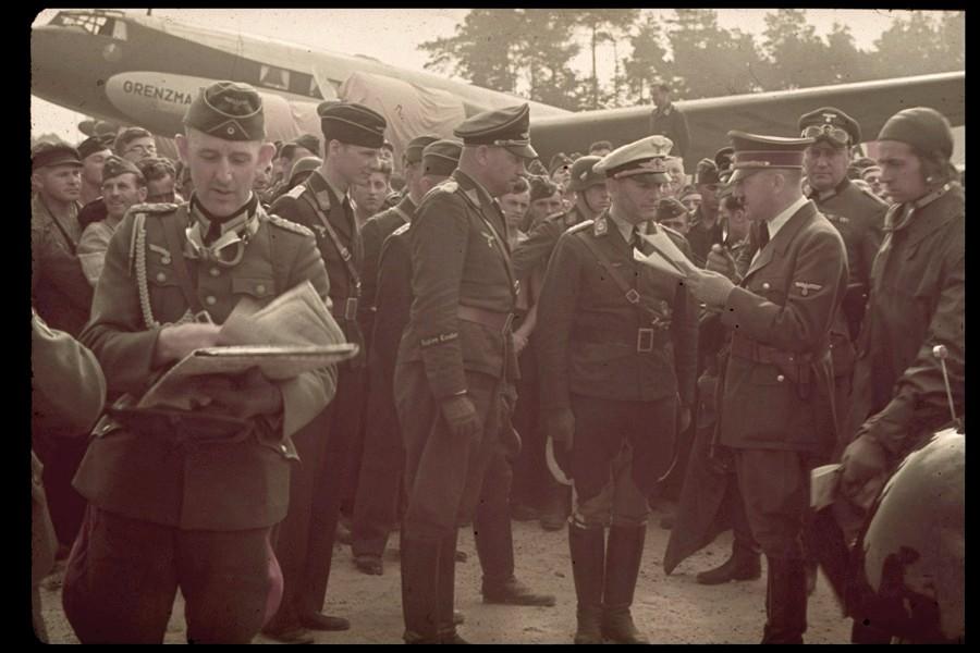Hitler a varsói reptéren. A LIFE magazin Jaeger gyűjteményéből.