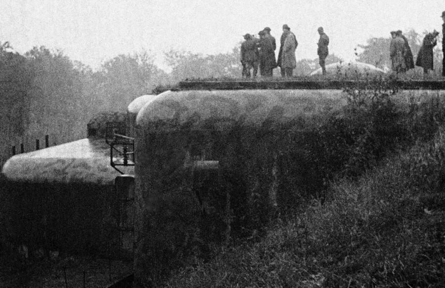 Franciaország: Újságírók egy csoportjának mutatják meg a Maginot-vonal erődítményeit a német-francia határon.