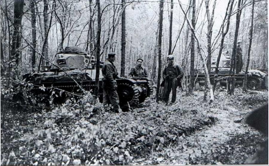 Francia Renault R35 harckocsik egy Saar-vidéki erdőben.