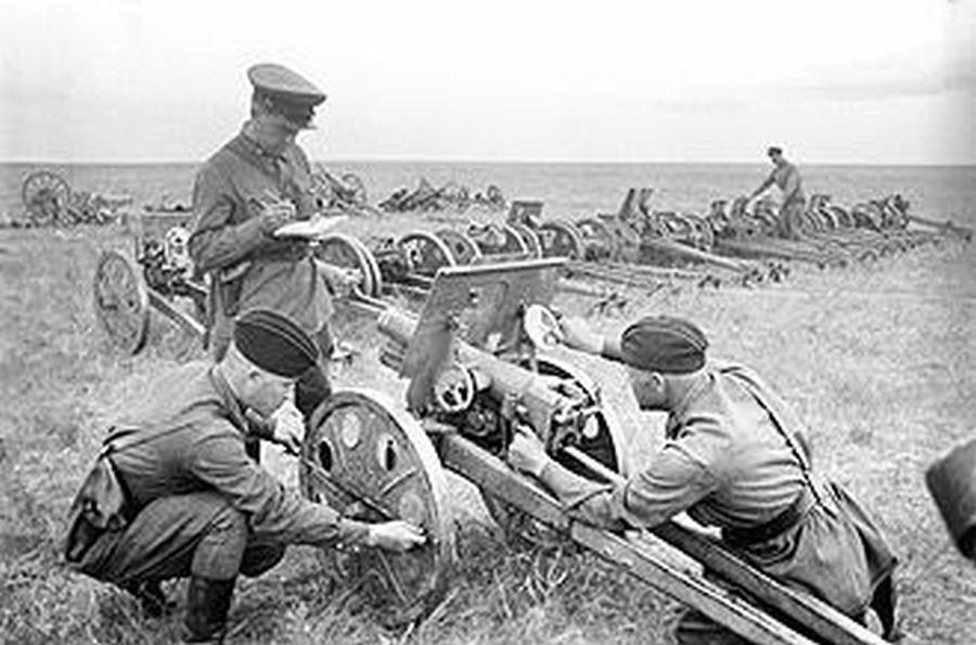 Zsákmányolt japán lövegek számbavétele.