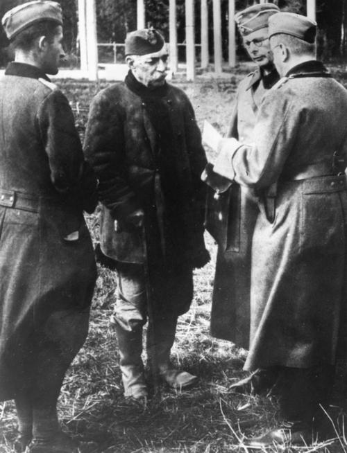 A Modlin erőd parancsnoka az idős lengyel dandártábornok Victor Tome adja fel magát és az erődöt.