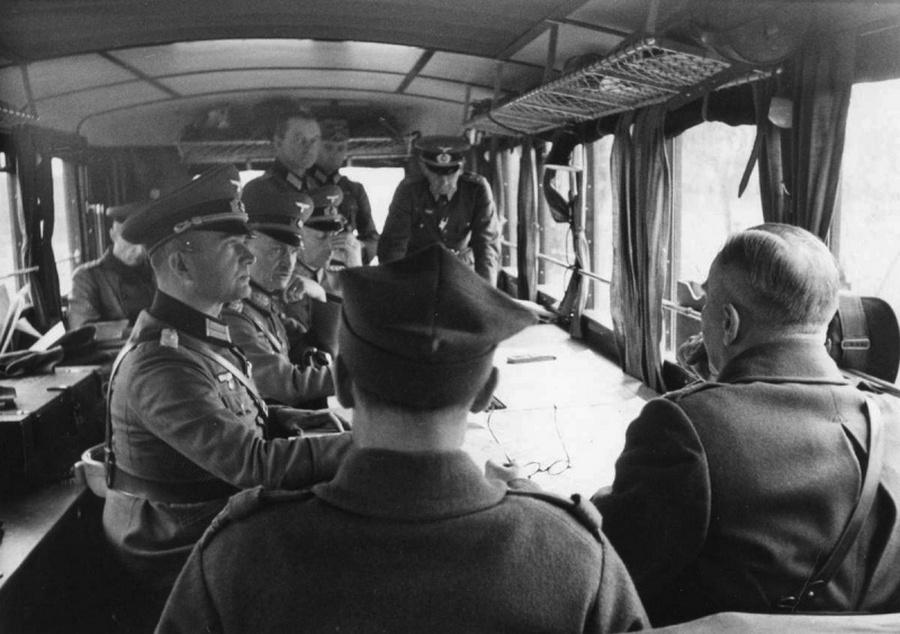 Lengyel és német tisztek egy vasúti kocsiban Varsó átadásáról tárgyalnak.