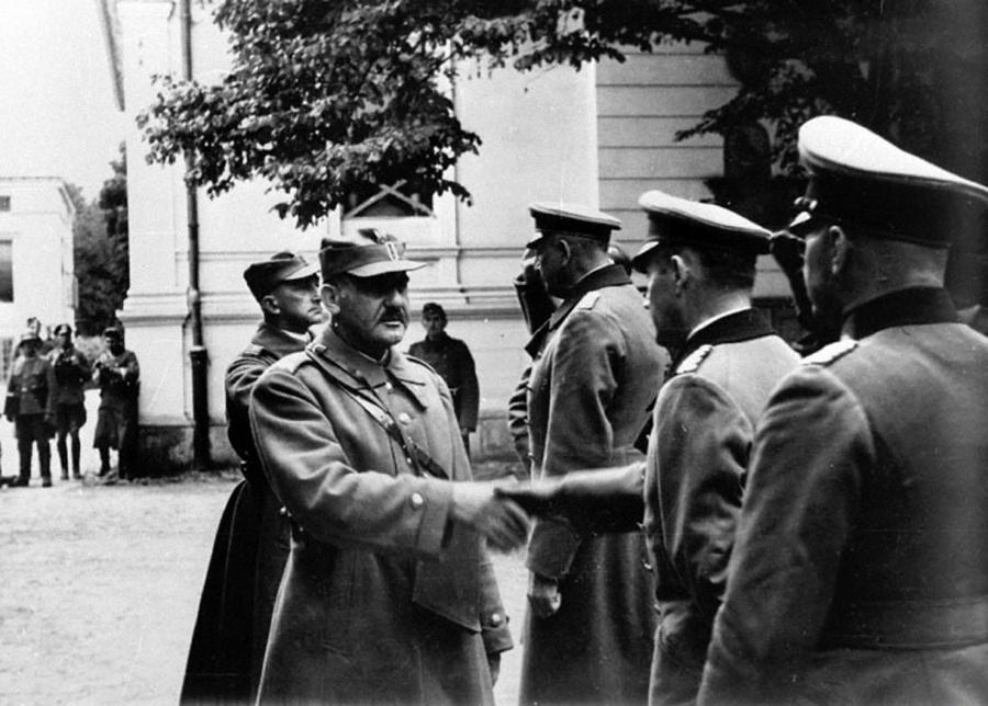 Lengyel katonai küldöttség a varsói várban.