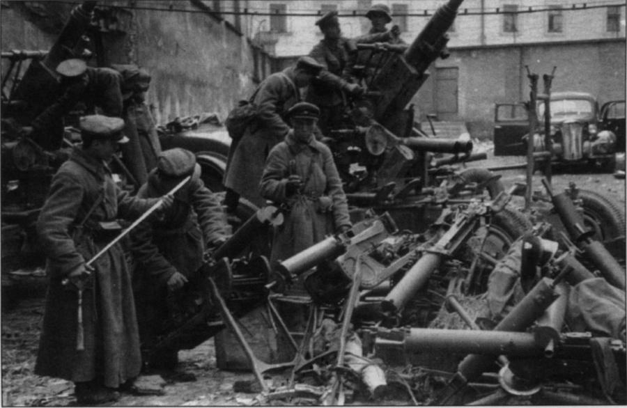 Szovjetek hadizsákmányt válogatnak a Breszt erőd elfoglalása után.