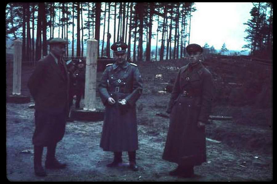 1939 októbere. Német és szovjet csapatok felügyelik az Augustów demarkációs vonal határköveinek telepítését. A LIFE magazin Jaeger gyűjteményéből.
