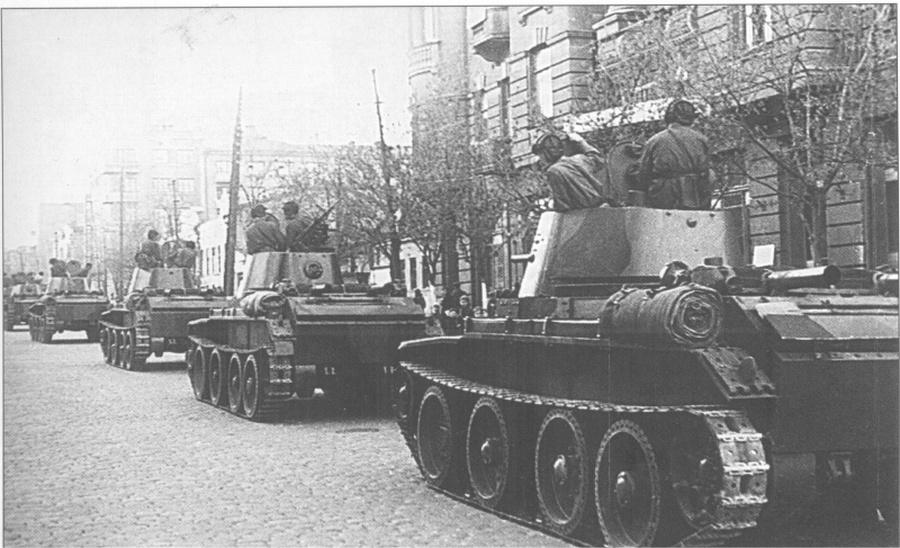 A szovjet 24-es dandár tankjai Lviv utcáin.