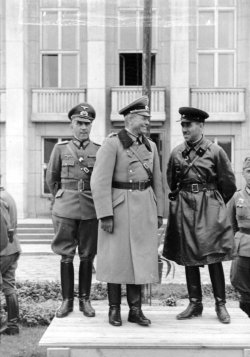 Heinz Guderian és Szemjon Krivosejn találkozása Breszt-Litovszkban. A találkozón Krivosejn tréfásan azt mondta Guderiannak, hogy szívesen látja Moszkvában Nagy-Britannia legyőzése utáni parádén. Guderian már akkor jól tudta, hogy erre nem kerül sor. Azonban még egyszer találkoztak, amikor Krivosejn Guderian tankjait próbálta megállítani a Baltikumban.