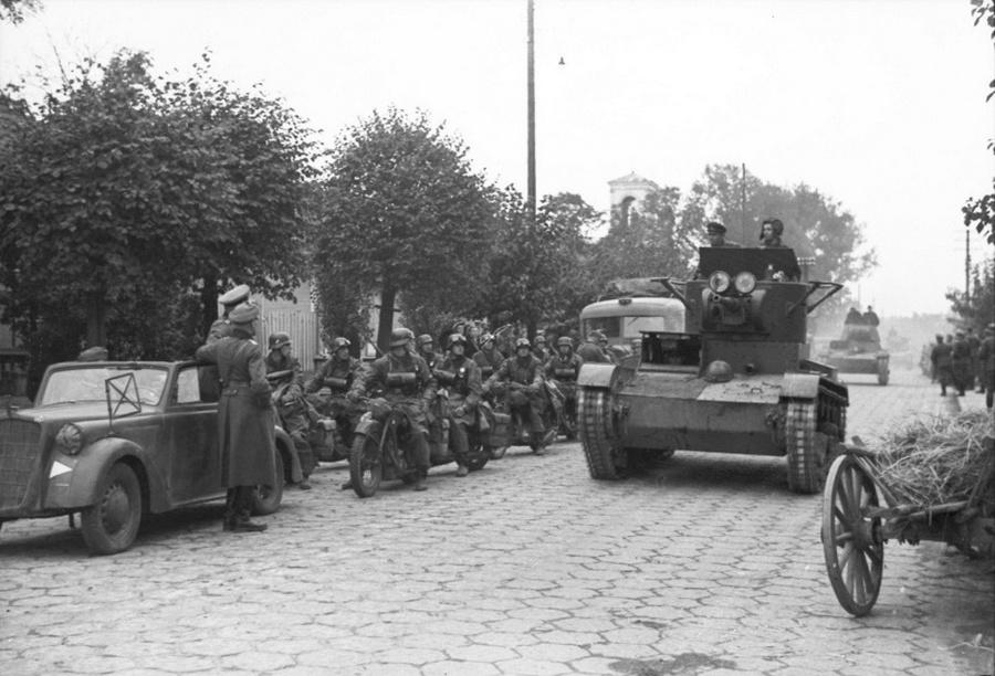 T-26-os tankok Breszt-Litovszkban. Balra a Wehrmacht gépei, az autó egy Opel Olympia.