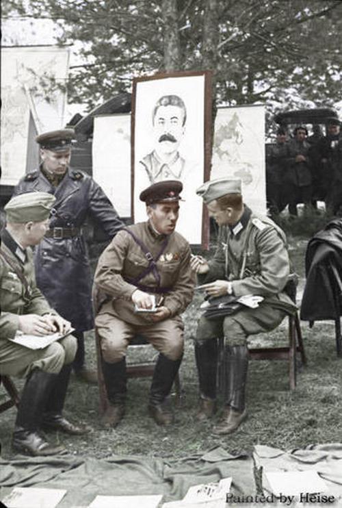 Német és szovjet tisztek tárgyalása.