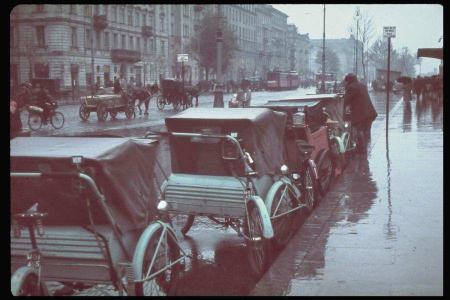 Varsói életkép a német bevonulás után október első napjaiban. A LIFE magazin Jaeger gyűjteményéből.