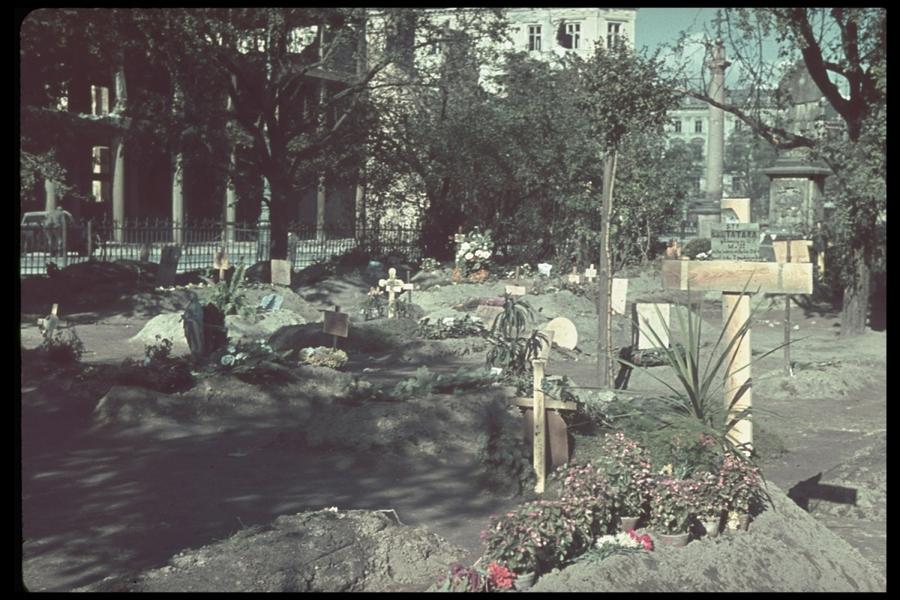 Ideiglenes varsói sírok a városi tereken, parkokban. A LIFE magazin Jaeger gyűjteményéből.