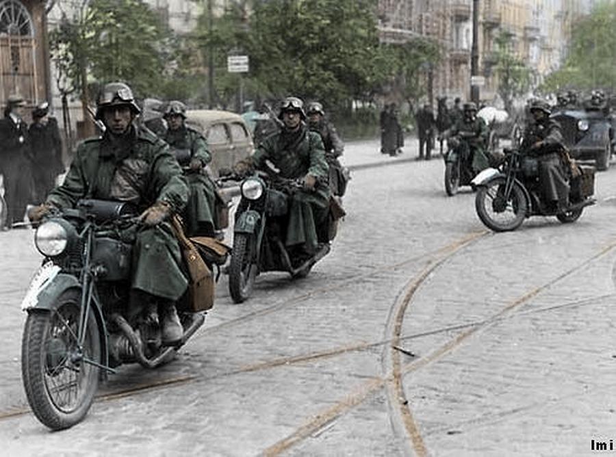 Német gépesített egységek Varsóban.