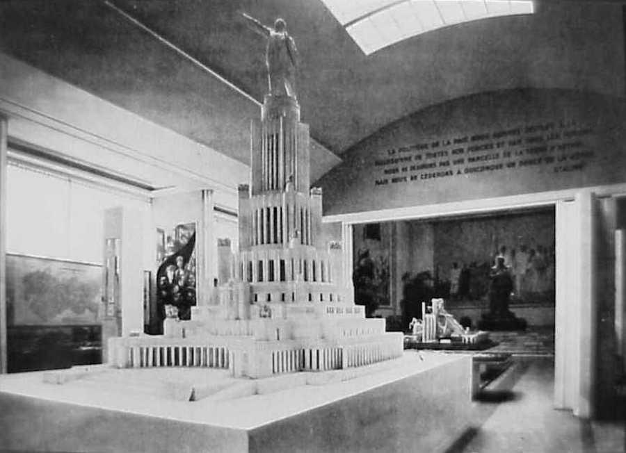 A tervezett, de soha el nem készült Szovjetek Palotájának modellje,...