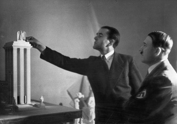 Ki más tervezhette volna az épületet, mint Albert Speer. Speer megszerezte a szovjet pavilon terveit aztán egy nála is magasabbat alkotott.