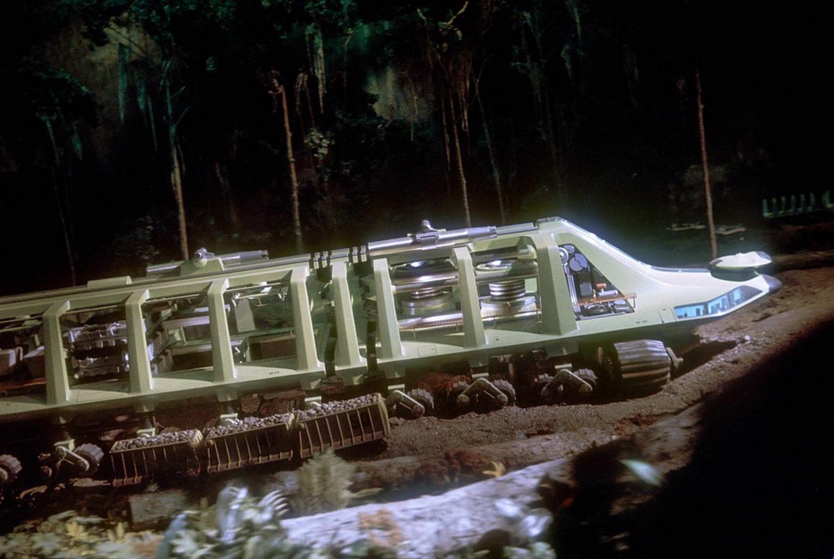 Automatizált, ember nélküli útépítő rendszer. Bárhol elindítható (pl. az amazonas-menti esőerdőkben) és önállóan utat épít.