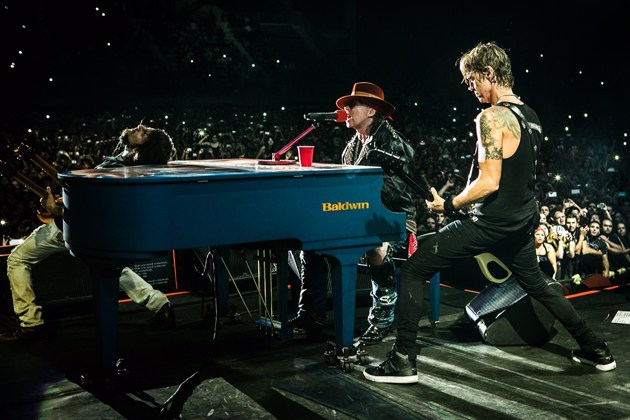 Guns-N-Roses-With-Duff-McKagan.jpg
