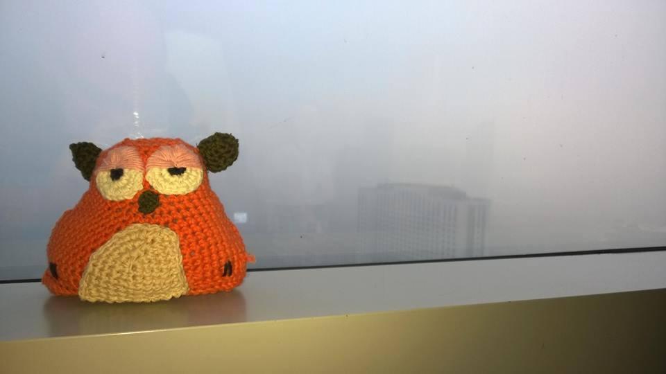 Ferenc Shanghaiban a napfelkeltének álcázott szmogot, vagy ködöt mutatja épp.