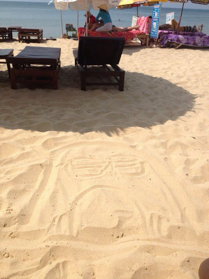 Zsófi Phu Quoc homokjába rajzolt.