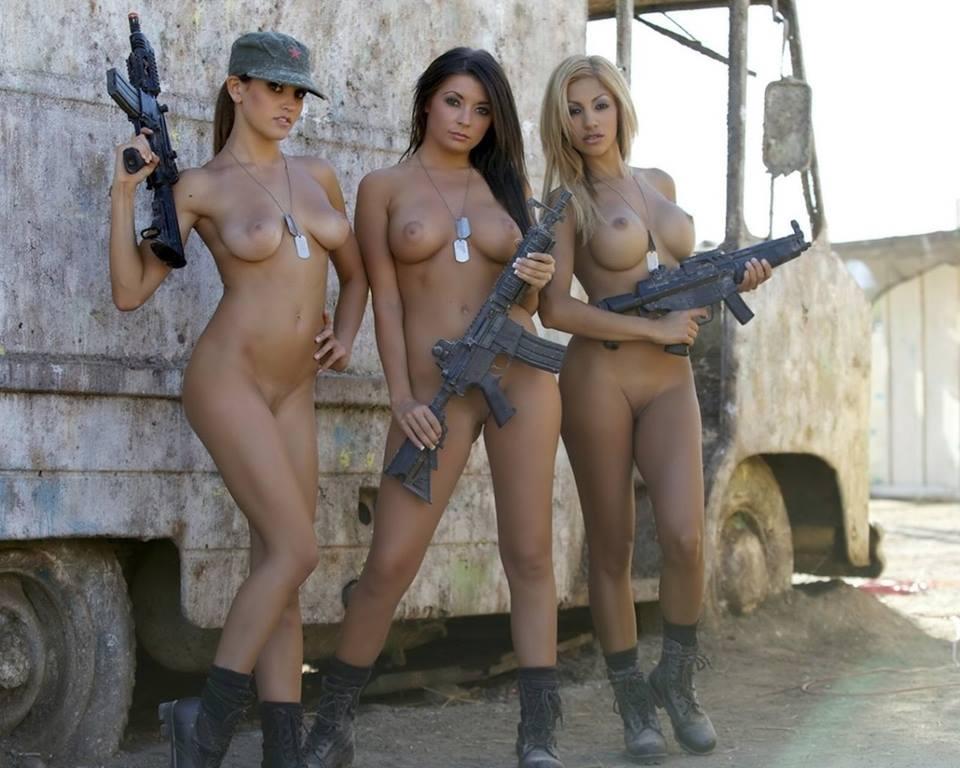 фото голых девушек с оружием