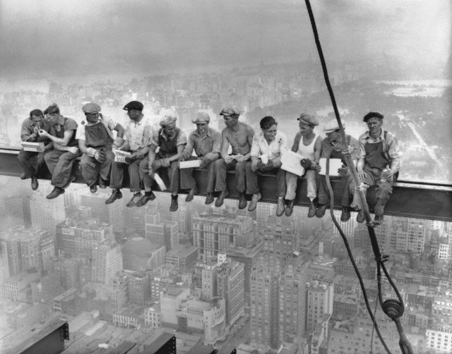Lunch-atop-a-skyscraper-c1932.jpg
