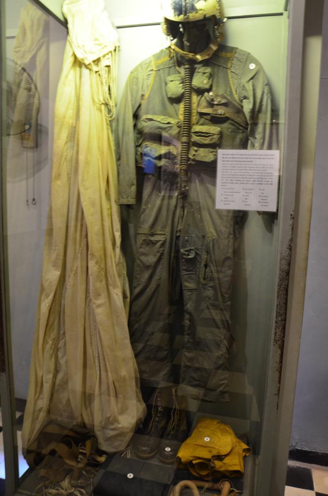 McCain pilota-egyenruhajat is orzik.