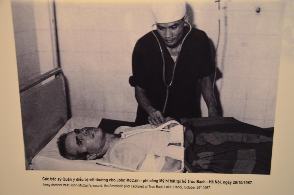 A katonai orvos kezeli a sebesult Mc Caint.