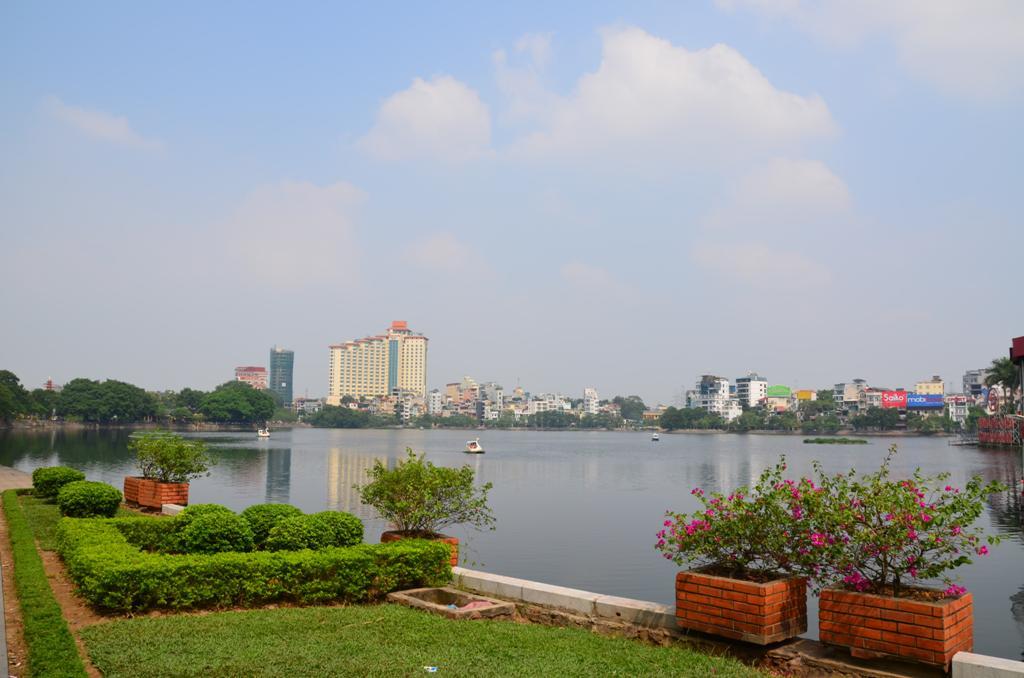 a Thanh Nien ut levalaszt egy reszt a tobol, ennek Truc Bach Lake a neve