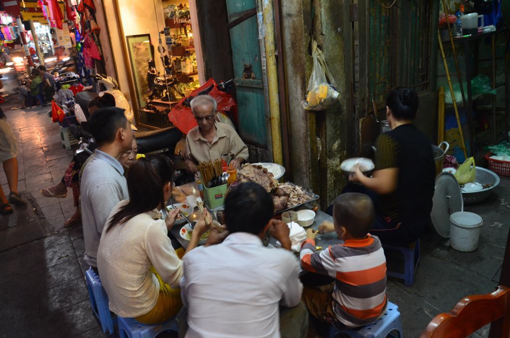 csaladi vacsora az utcan