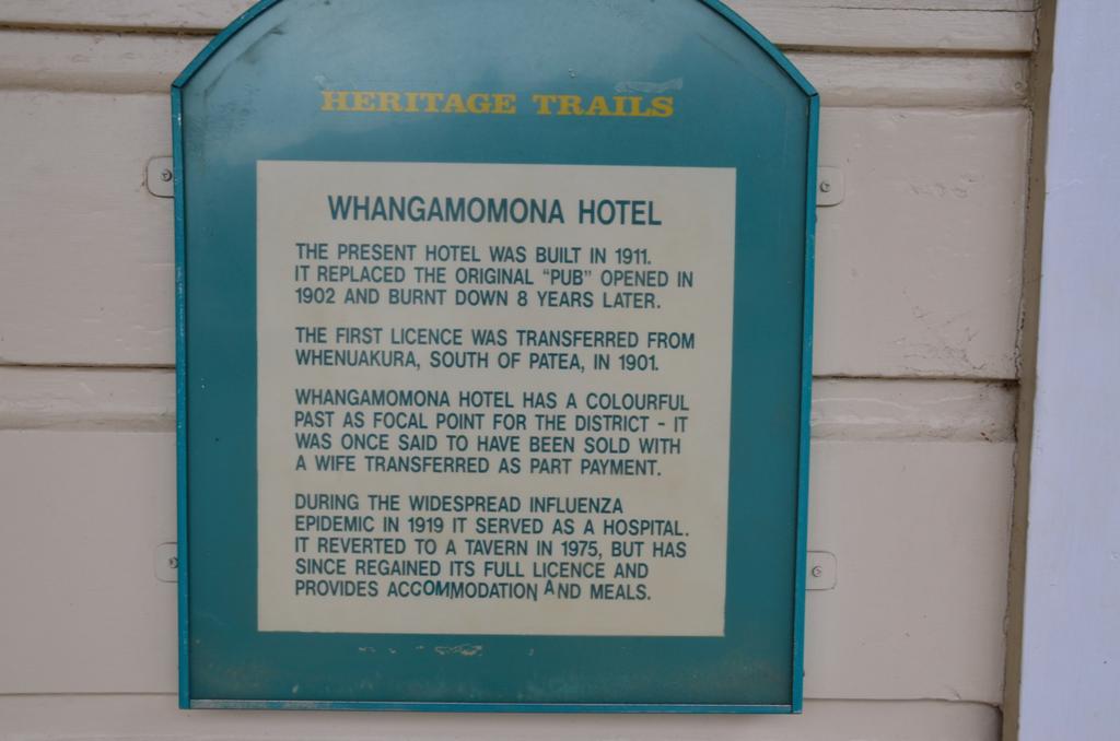 A jelenlegi hotel 1911-ben epult, pontosan a korabbi kocsma helyen, amely 1902-ben, viszont 8 ev mulva leegett.<br />Szines tortenelme van, azt is beszelek, hogy egyszer egy felesegert cserebe adtak el.<br />Az 1919-es influenza jarvany idejen korhazkent mukodott.<br />1975-ben alakitottak vissza vendeglove, engedelyei birtokaban, szallast es meleg etelt tud biztositani a faradt utazoknak.