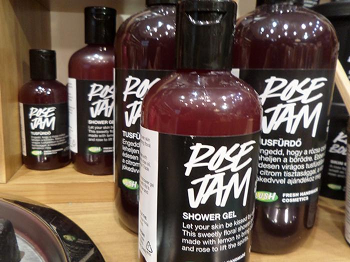 Rose Jam - Ha ezt az édesen virágos tusfürdőt használod, az olyan, mintha egy rózsa megcsókolná a bőröd. Add át magad a vigasztaló ölelésnek, melyben bőrtápláló argánolaj, bio rózsakivonat és fair trade vaníliarúd-főzet kényeztet. A fürdés a lélek számára is megtisztító élménnyé válik.