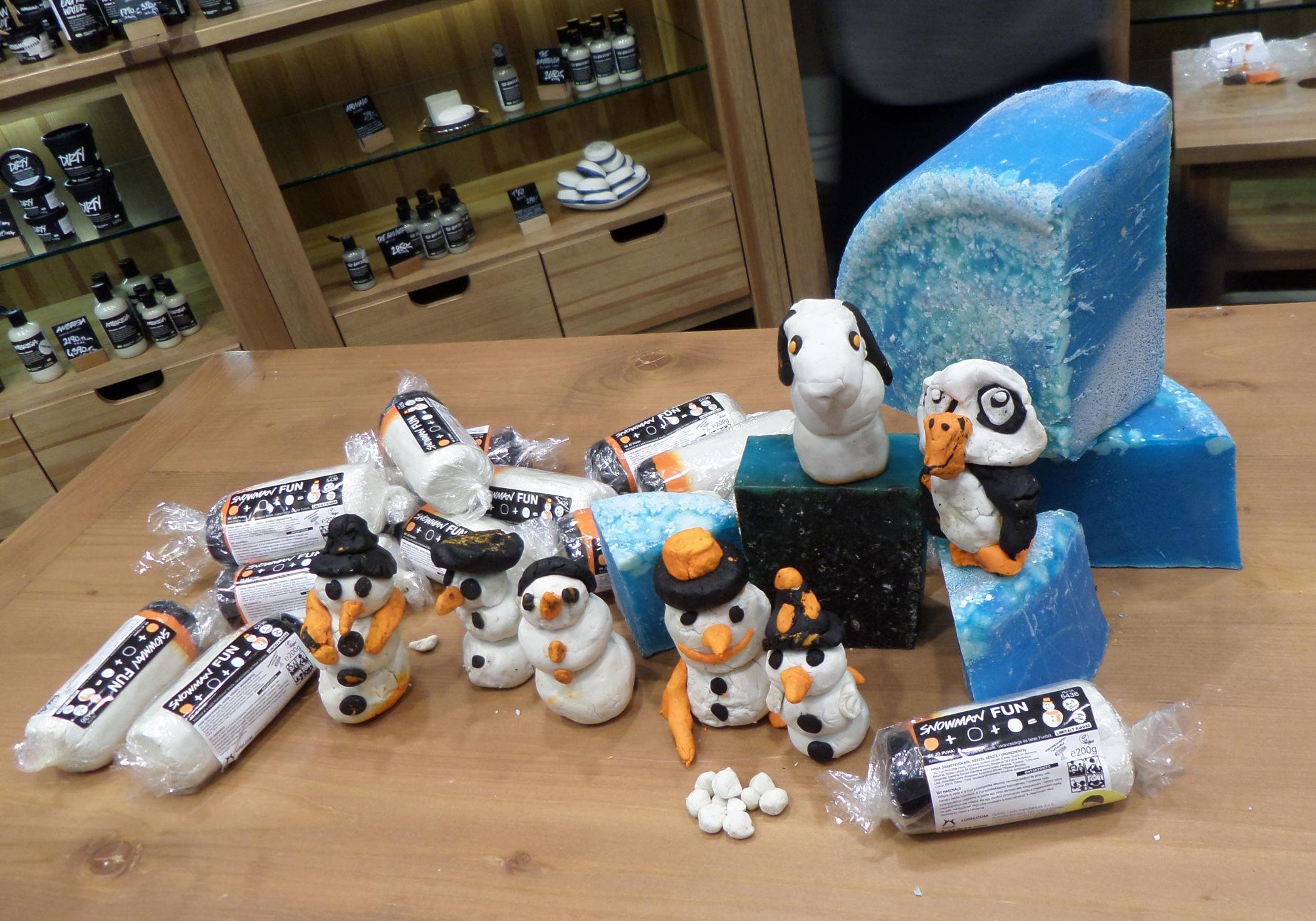 Snowman Fun - Építs hóembert a kádban az ünnepi Fun készletből! Frissítő, édes illatkeverékét az illatos ruta, a bergamott és a szicíliai citrom illóolajaiból állítottuk össze. Formázz hóembert a fehér, narancsszínű és fekete darabokból, majd ha már eleget játszottál vele, használd habfürdőként, szappanként vagy samponként.