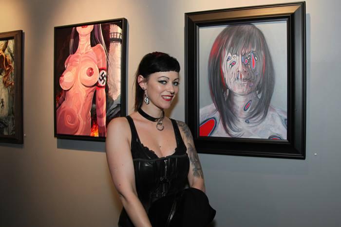 Aileen X Dark az őt ábráloló, Buddy Nestor portréja előtt - fotó: Paola Duran