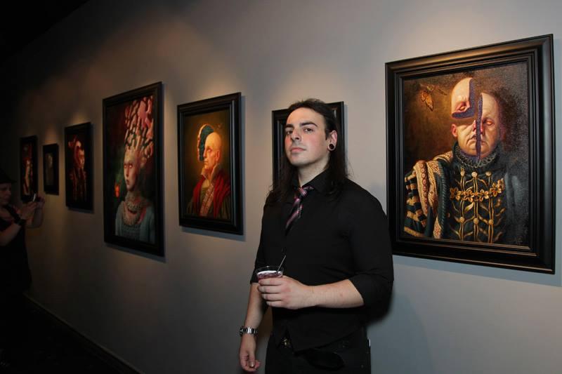 Beau Stanton -  Arcane Archetypes és Matt Buck - (A)Part c. kiállításának megnyitóján Matt Buck G c. alkotása előtt - fotó: Paola Duran<br />