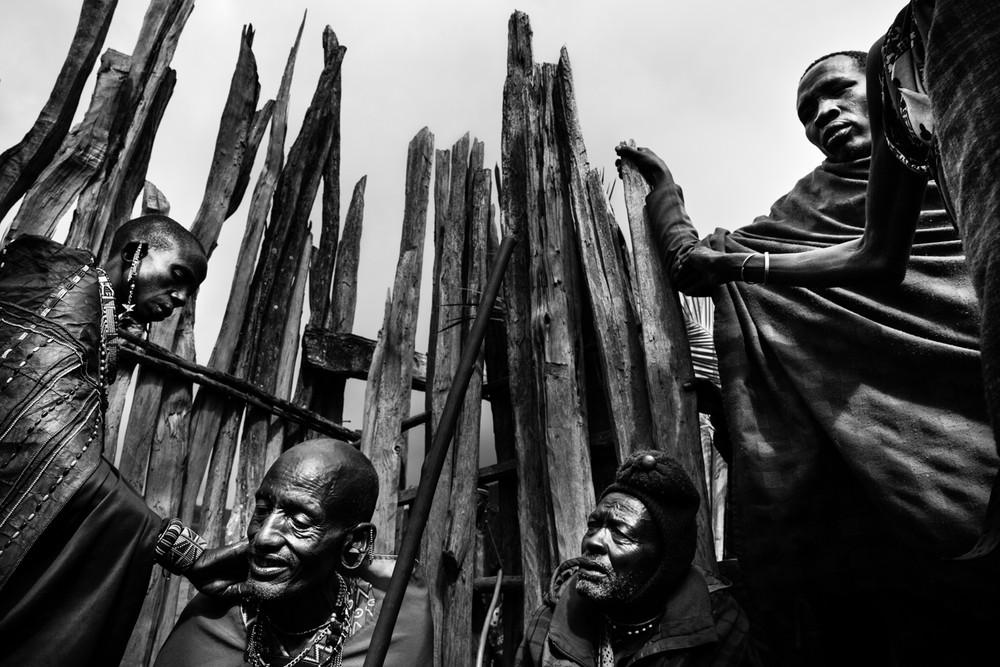 A körülmetélésre váró fiatal lányok apjait okrával (afrikai zöldség) jelölik meg a szertartás részeként.