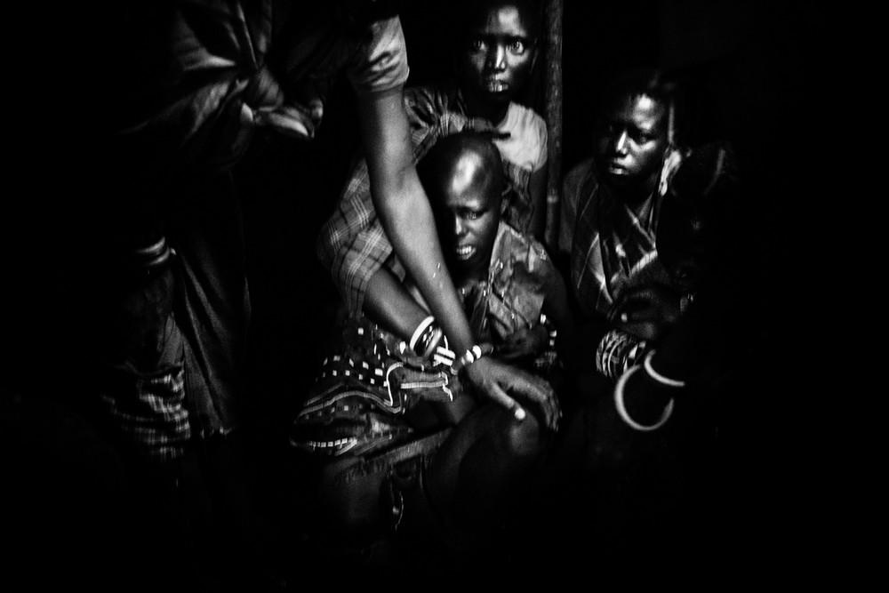 Nasirian sír a rituálé előtt. A szertartás előtti napon Nasirian fejét kopaszra borotválták.