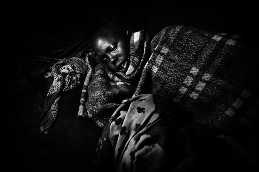 Nasirian pár perccel a körülmetélés előtt pihen. A csonkítás után még négy hétig ágyban marad, ekkor állati vérrel itatják, és húst eszik majd felépüléséig.