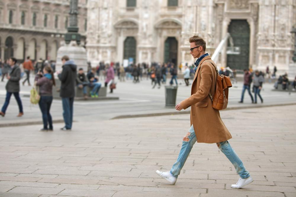 milan-fashion-week-2015-street-style-camel-coat-men-style-ferfidivat-denim-farmer-dzseki-hatizsak-benzolbag-smizedivat_12.png