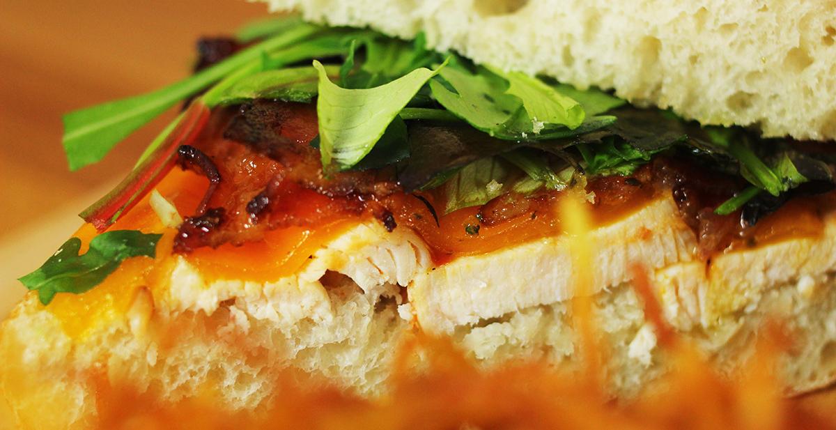 Csirkés-baconos szenyó cheddar sajttal