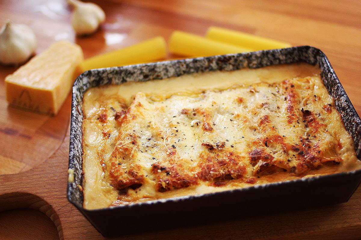 Zé-féle cannelloni sült paradicsommal, fokhagymával és baconos besamellel